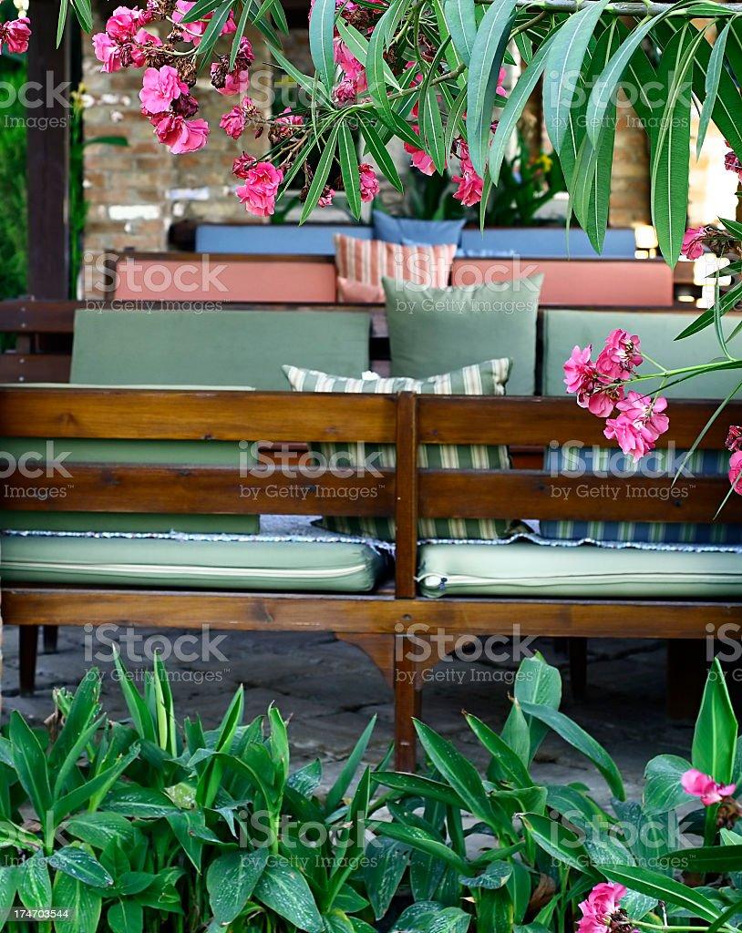 Fotografía de Asientos Estilo Enmarcados Con Flores y más banco de ...