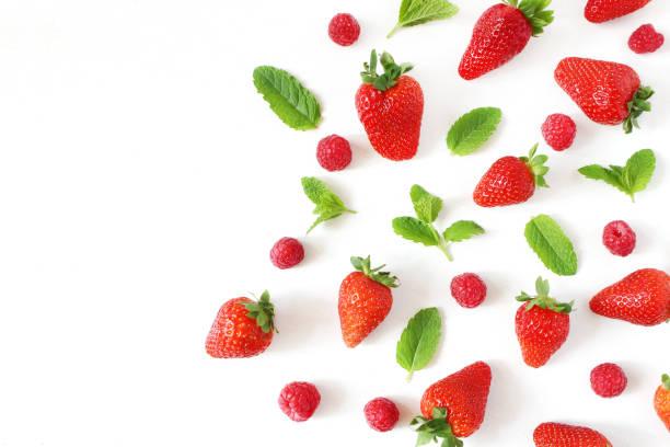 風格的股票照片。夏季健康的水果組成與紅草莓, 覆盆子, 新鮮的綠色薄荷葉孤立在白色的表背景。食物模式。空的空間。平躺, 頂部視圖。 - 士多啤梨 個照片及圖片檔
