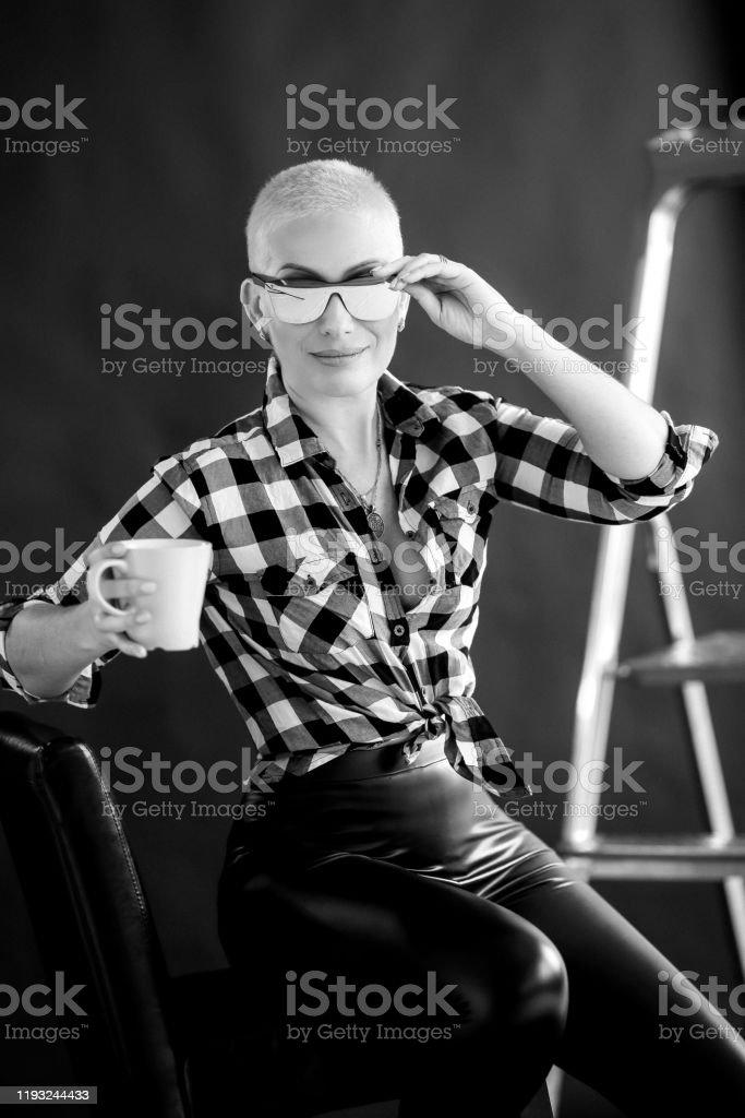 Elegante Mujer Adulta De 4045 Anos De Edad Usando Gafas Y Pantalones Negros Foto De Stock Y Mas Banco De Imagenes De A La Moda Istock
