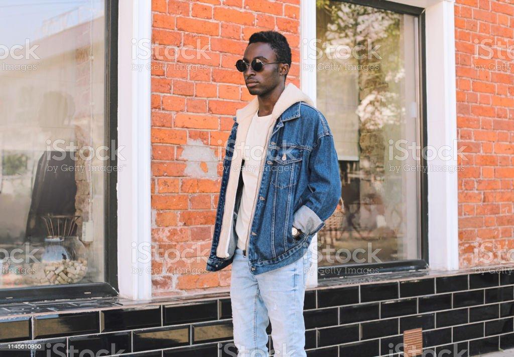 Stylischer Auf Der Afrikanischer Mann Jeansjacke Die Trägt WIbED29eHY