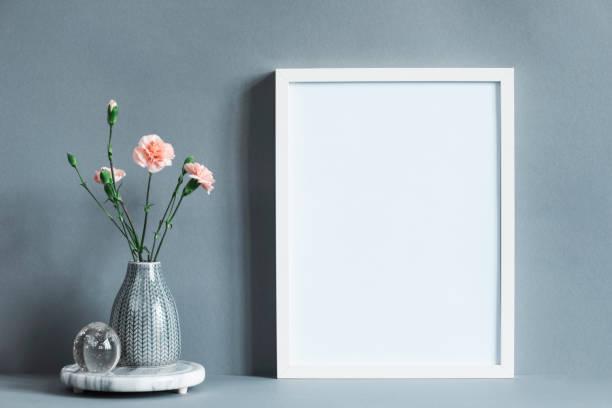 composition élégante et minimaliste de maquettes cadre photo avec des fleurs dans un vase. conception moderne de la trame de la maquette. - camera sculpture photos et images de collection