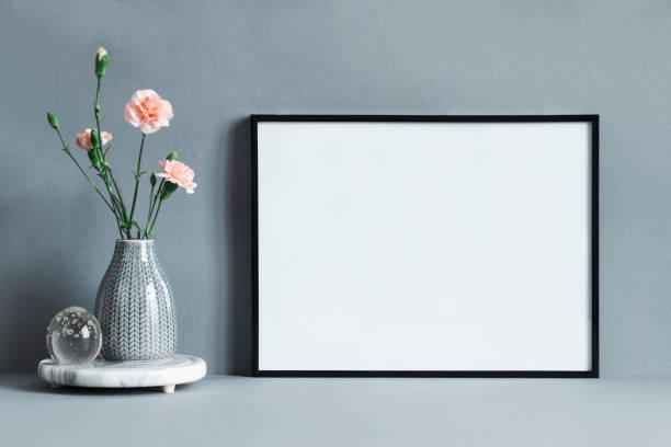 composition élégante et minimaliste de maquettes cadre photo avec des fleurs dans un vase. concept moderne de shelfie. - camera sculpture photos et images de collection
