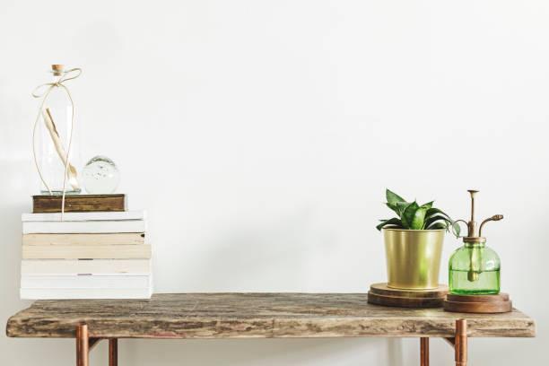 stilvolle und moderne einrichtung mit hölzernen konsole, bücher, pflanzen und zubehör. platz für inschrift zu kopieren. - desktop foto stock-fotos und bilder