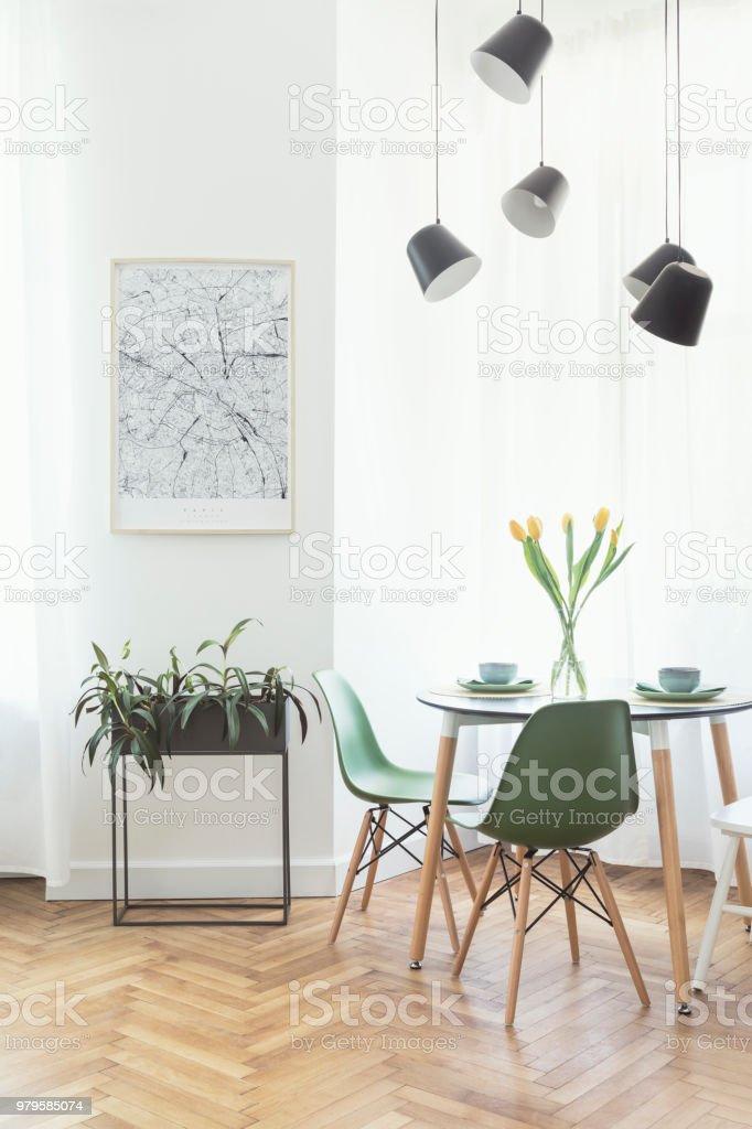 Stilvolle Und Moderne Freifläche Mit Ess Und Wohnzimmer Mit Karte ...
