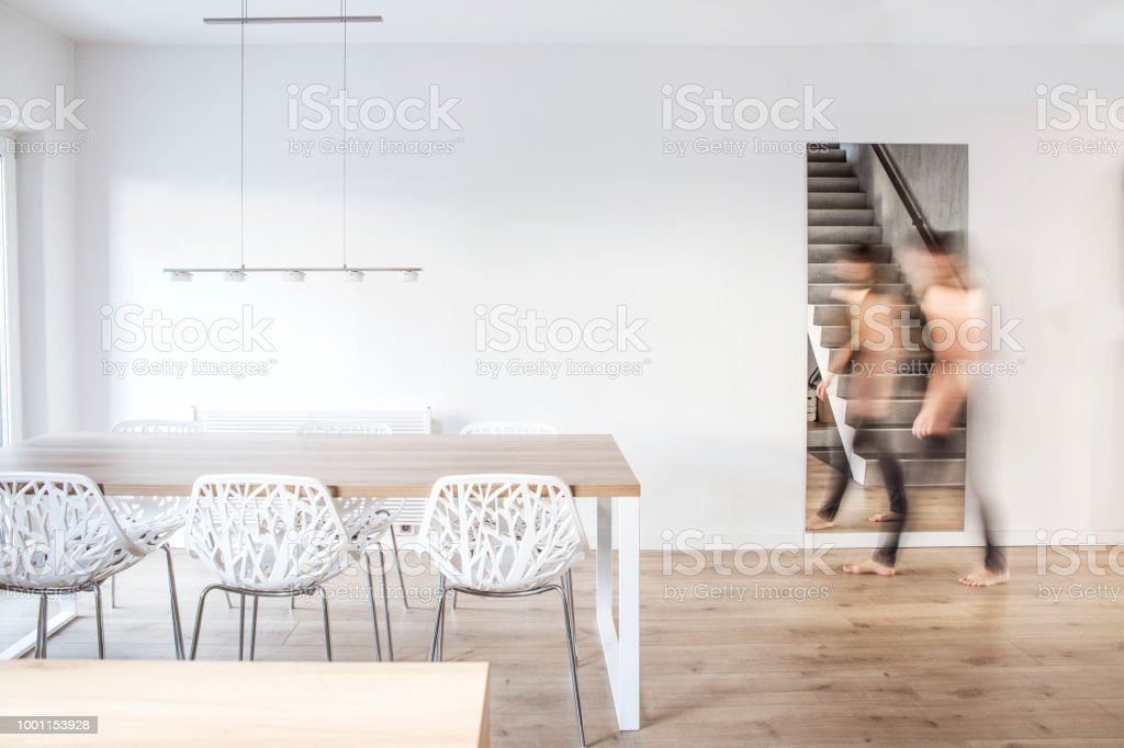 Mooie Witte Eettafel Stoelen.Stijlvolle En Moderne Scandinavische Eetkamer Met Houten Tafel
