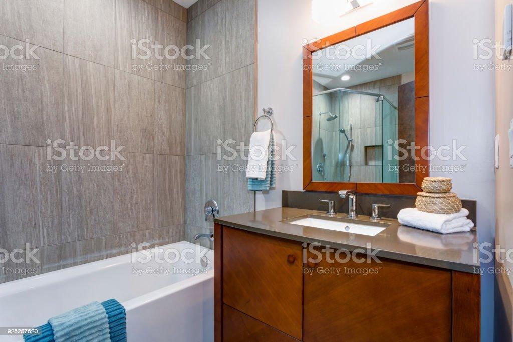 Interior De Cuarto De Baño Elegante Con Gabinete Madera Vanitory ...