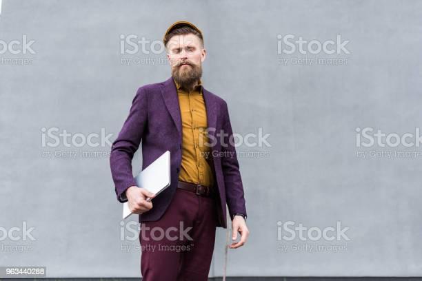 Stylowy Brodaty Biznesmen Stojący Z Laptopem - zdjęcia stockowe i więcej obrazów Hipster - osoba