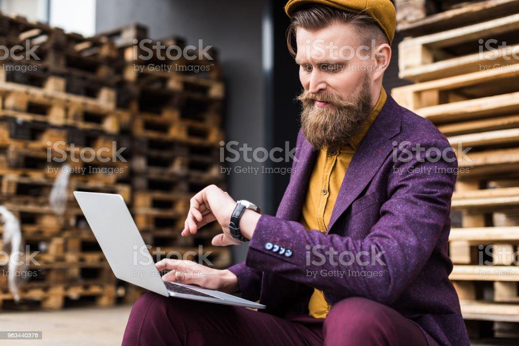 Laptop Caddesi üzerinde çalışma ve saatini kontrol şık sakallı işadamı - Royalty-free Adamlar Stok görsel
