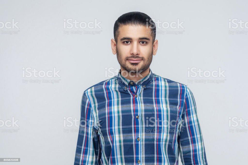 Stilvolle bärtiger Mann mit ansprechenden dunkle Augen in die Kamera Lächeln. Geschäftsmann mit Bart grinsenden positiv sehen. – Foto