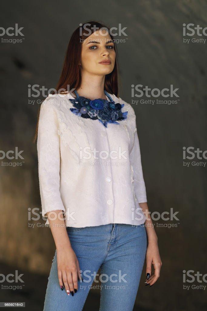 4ac91b4e09414b Chica hermosa elegante posando en una chaqueta blanca, primer plano foto de  stock libre de