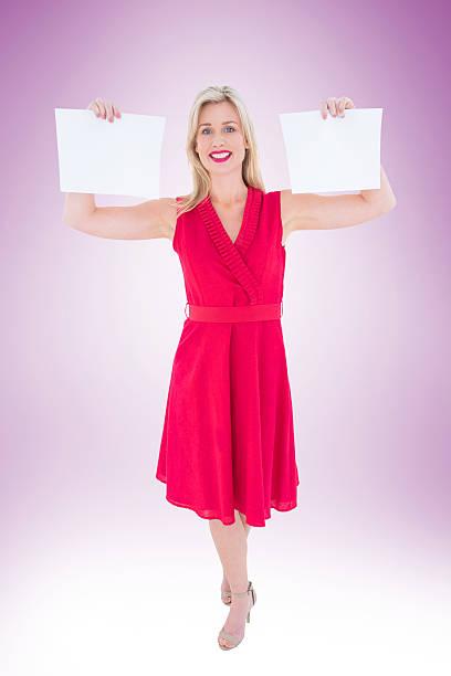 elegante blonde im roten kleid holding seiten - wickelkleid lang stock-fotos und bilder