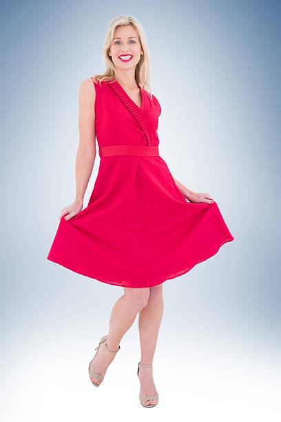 elegante blonde im roten kleid - wickelkleid lang stock-fotos und bilder