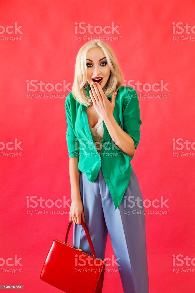 Libre À Mannequin Sac Droit Élégante Blonde Avec Femme De Photo OPTZkXui