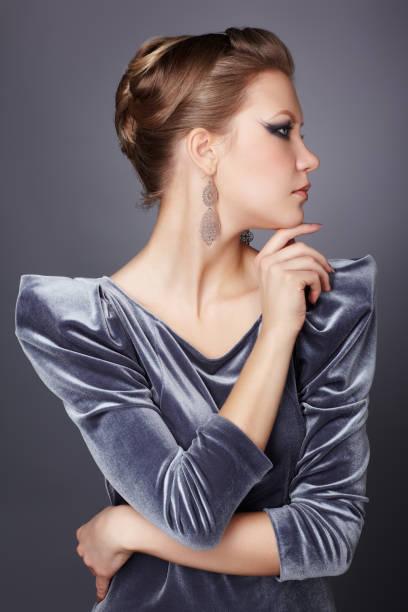 stilvolle Brünette im Kleid – Foto