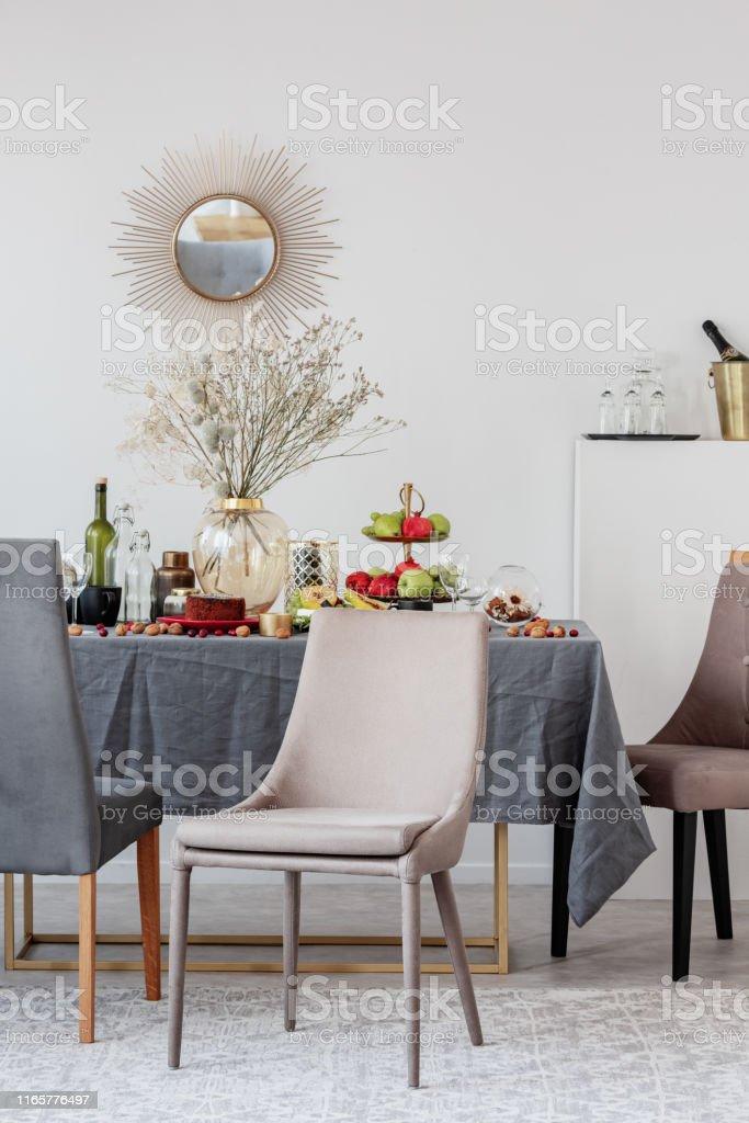 Sillas De Moda Para Comedor.Silla Elegante Junto A La Elegante Mesa De Comedor Para La