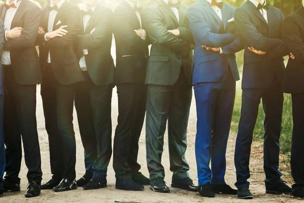 stilvolle selbstbewusste männer im anzug stehend posiert, empfang im luxus hochzeit, reichen abschluss in der schule oder universität, business-meeting - hochzeitsanzug herren stock-fotos und bilder
