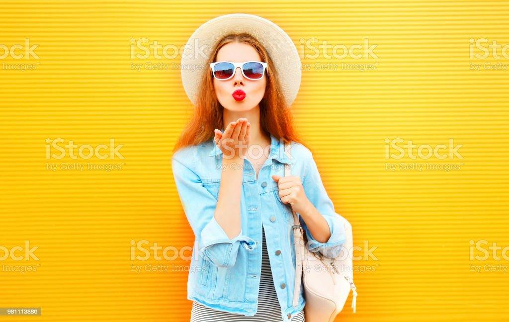 Stilvolles Cooles Mädchen Schickt Einen Luftkuss Auf Orangem