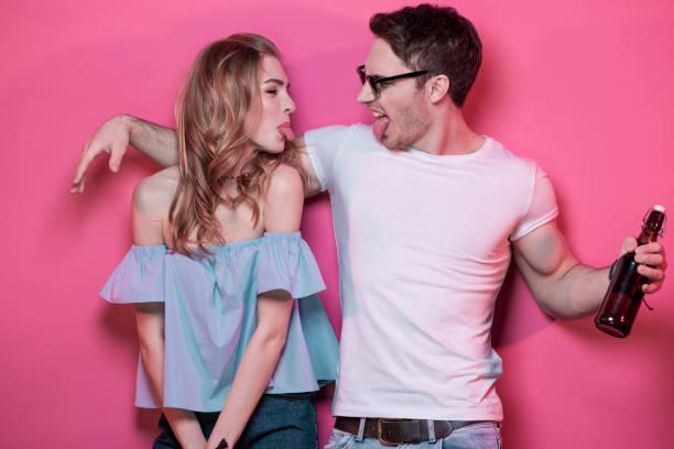 stilvolle paar in freizeitkleidung posiert und herumalbern - emoticon hug stock-fotos und bilder
