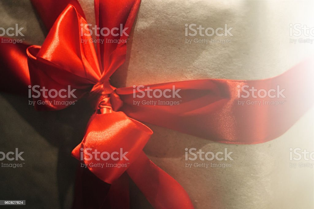 stylish craft gift boxes with red ribbons in window shop, seasonal holiday present concept - Foto stock royalty-free di Ambiente
