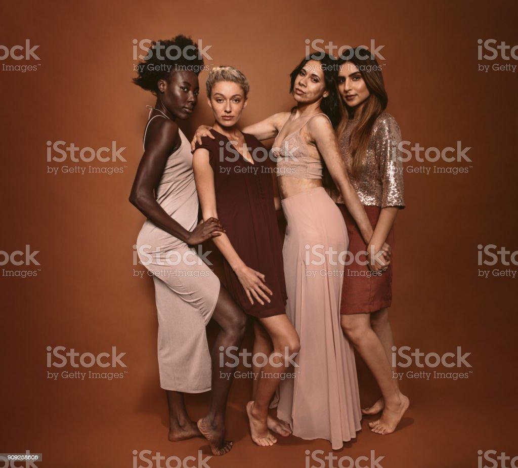 Foto De Elegantes Diversos Modelos Posando No Estúdio E Mais Banco