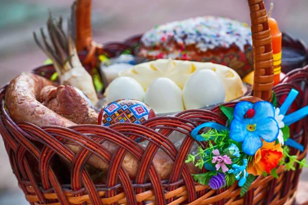 時尚的復活節籃子,帶食物。馬蘿蔔,黃油,香腸和彩蛋在柳條籃子。 - 大比大 聖經人物 個照片及圖片檔