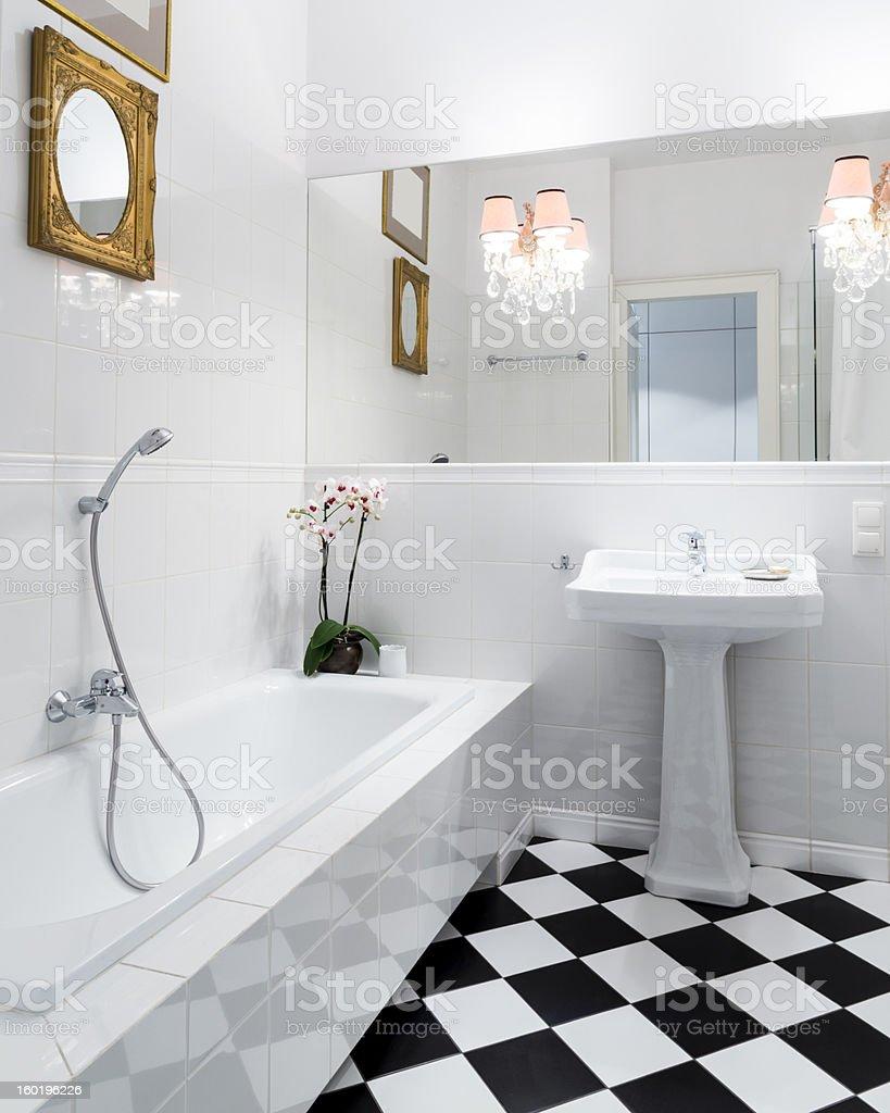 スタイリッシュでエレガントな黒と白のバスルームのインテリアによるチェッカー模様 ストックフォト