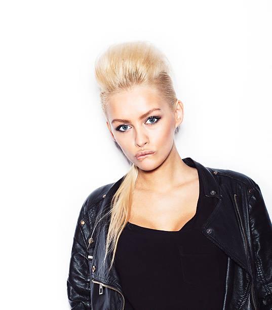 stilvolle mode blonde frau in schwarzer kleidung - lausbub tattoo stock-fotos und bilder