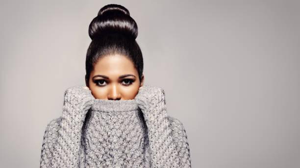 elegante modelo femenino en estudio - moda de invierno fotografías e imágenes de stock