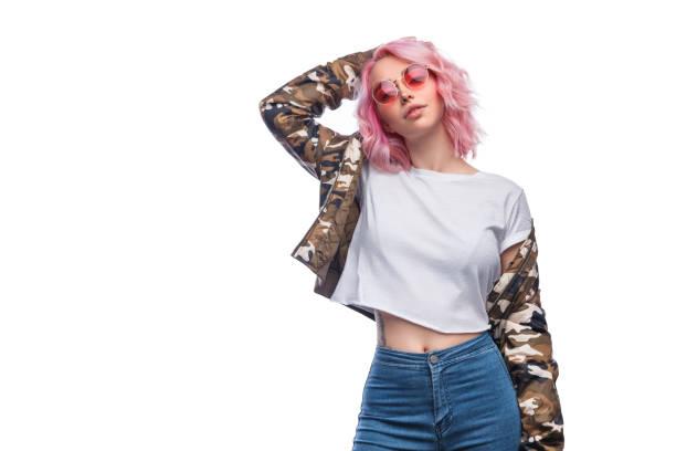 elegante cabello femenino tocando - moda playera fotografías e imágenes de stock