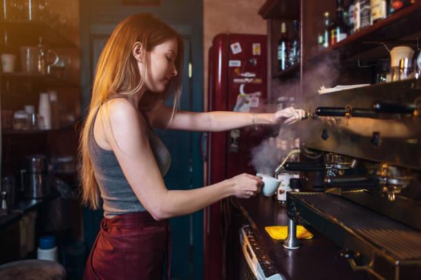 コーヒー コーヒー ・ ハウスでプロのコーヒー マシンを使用してスタイリッシュな生姜ガール - バリスタ ストックフォトと画像