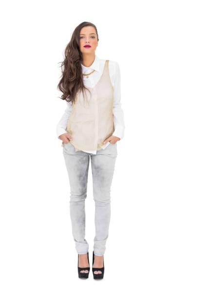 stilvolle wunderschöne frau posiert - pflaumen jeans stock-fotos und bilder