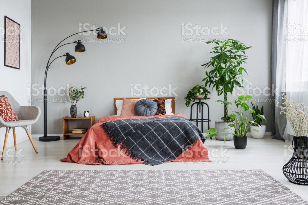 Stilvolle Grau Stuhl Schwarzen Metalllampe Holzerne Nachttisch Und