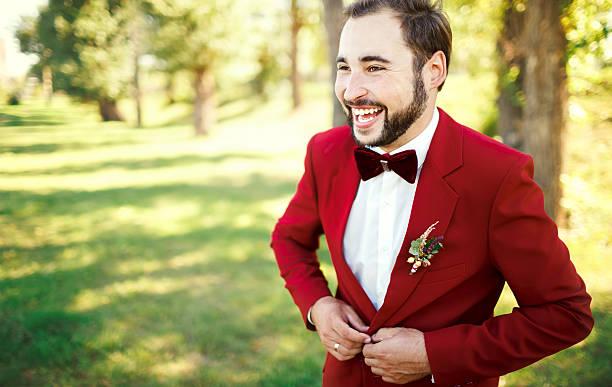 stilvolle bräutigam in der smoking lacht anzug marsala rot, burgund schleife - grüne wald hochzeiten stock-fotos und bilder