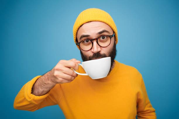 chico elegante tomando café - café bebida fotografías e imágenes de stock