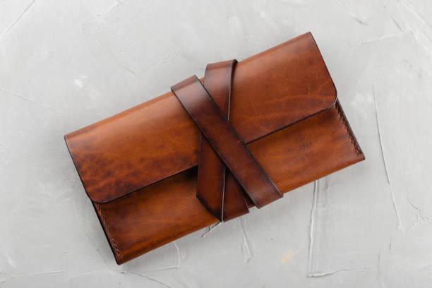 stilvolle handgemachte braune leder-geldbörse - leder portemonnaie herren stock-fotos und bilder
