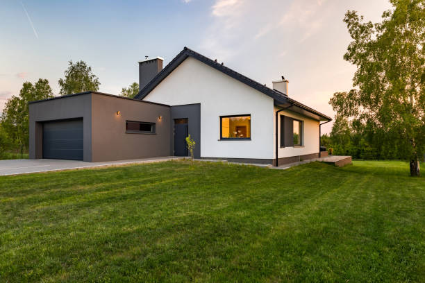 elegante casa con amplia zona de césped - fachada arquitectónica fotografías e imágenes de stock