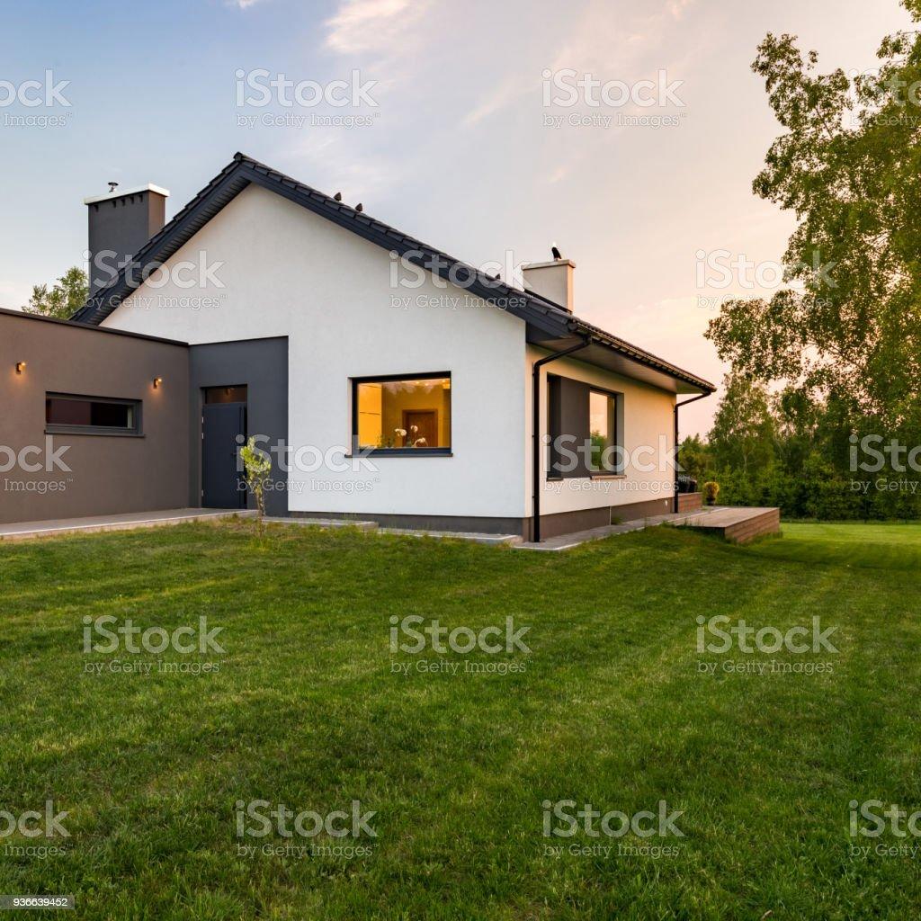 élégante maison avec grande pelouse photo libre de droits