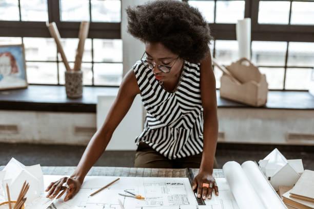 stijlvolle interieur ontwerper draagt ringen werken aan schetsen - interior design stockfoto's en -beelden