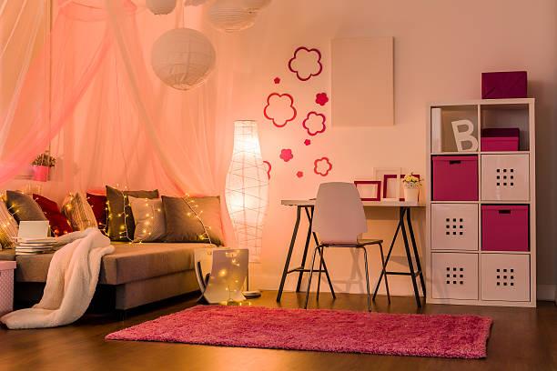 stilvolle einrichtung für prinzessin mädchen - schlafzimmer teenager stock-fotos und bilder