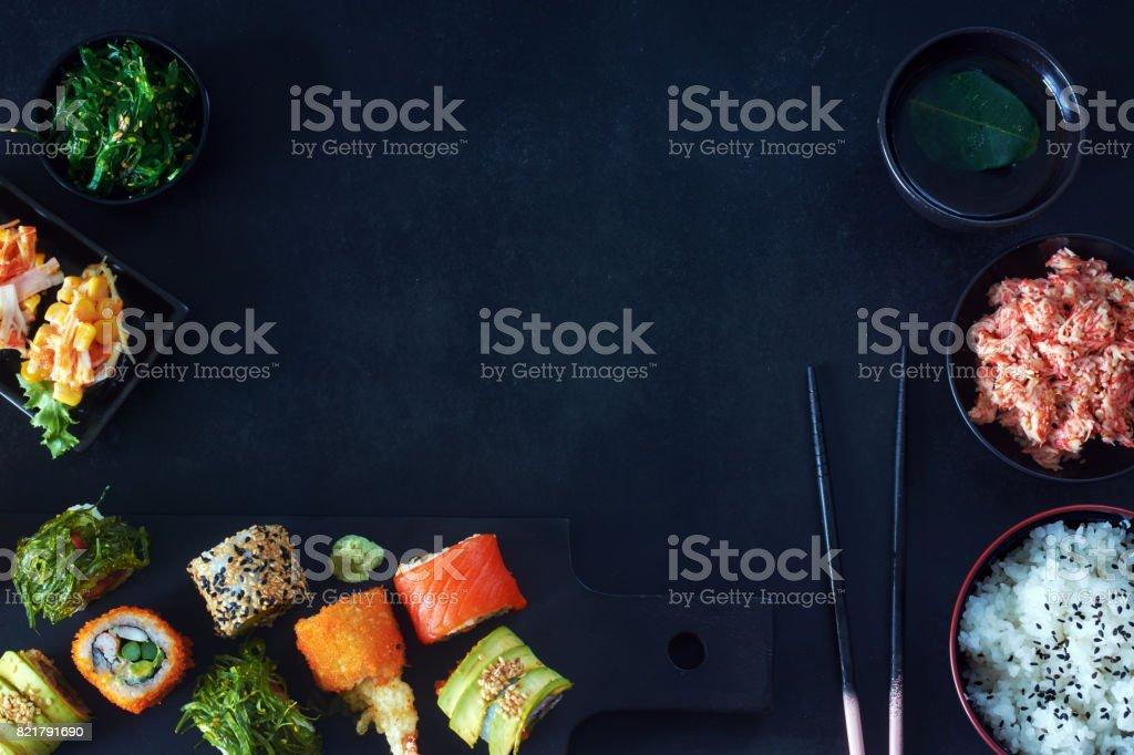 Stilvolle japanische Mahlzeit mit Textfreiraum. – Foto