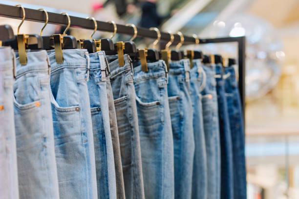 時尚的牛仔褲服裝店展臺展示精品店 - 牛仔褲 個照片及圖片檔