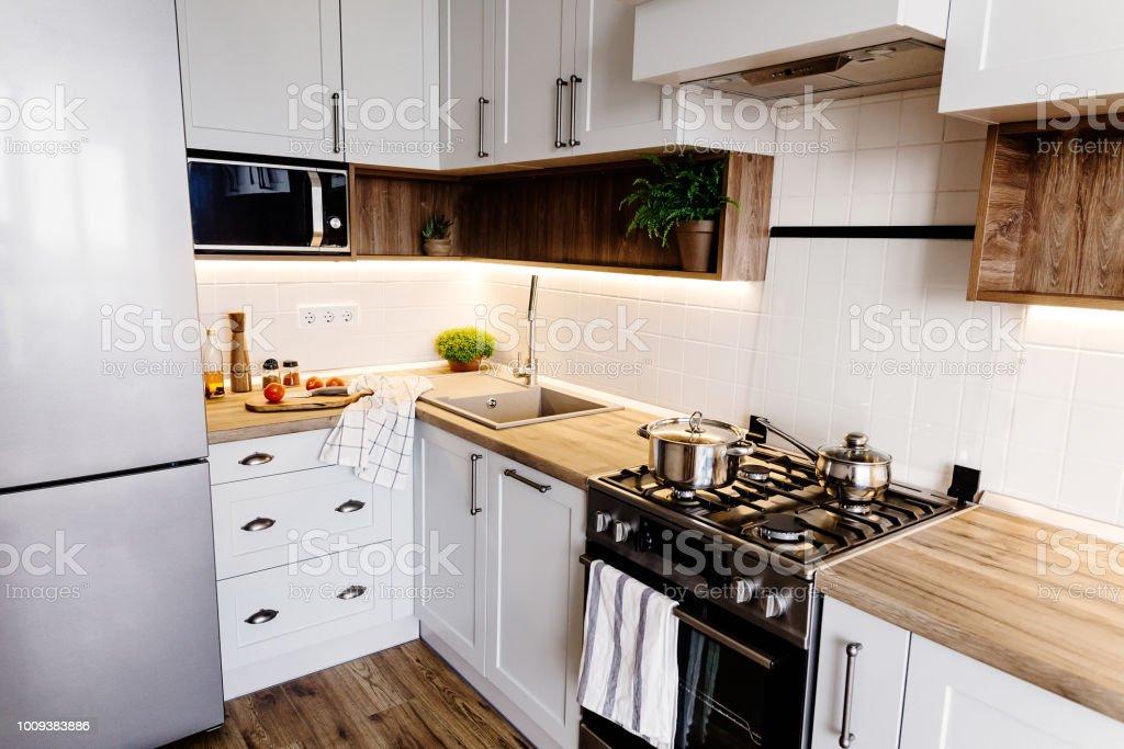 Stahl Arbeitsplatte Küche | Stilvolle Kuche Interieur Mit Modernen Schranken Und Geraten Aus