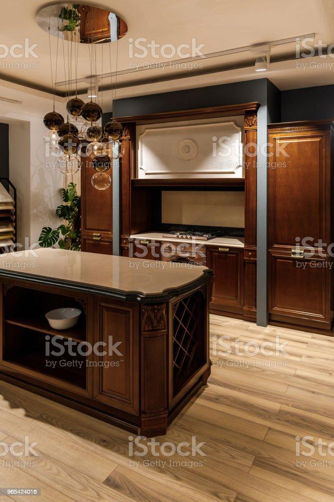 우아한 목조 카운터 샹들리에와 세련 된 주방 - 로열티 프리 0명 스톡 사진
