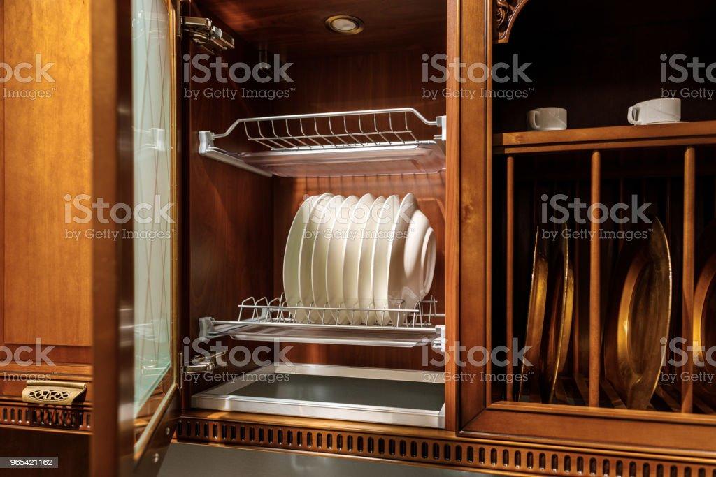 時尚的廚房與優雅的餐具在櫥櫃裡 - 免版稅住宅廚房圖庫照片