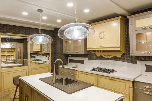 Stilvolle Küche Mit Eleganten Hölzernen Theke Und Lampe Stockfoto und mehr Bilder von Arbeitsplatte