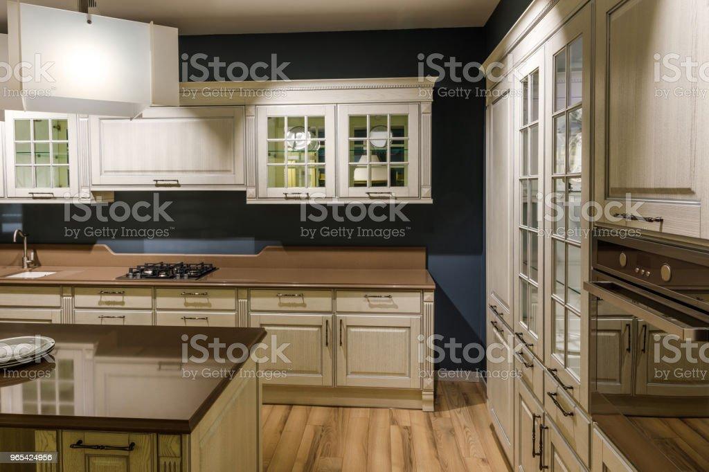 우아한 목조 카운터와 세련 된 주방 - 로열티 프리 0명 스톡 사진