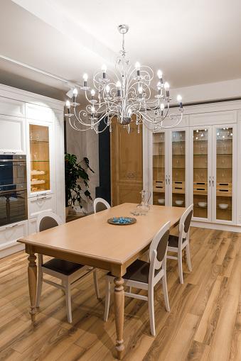 우아한 목조 테이블과 샹들리에와 세련 된 주방 0명에 대한 스톡 사진 및 기타 이미지