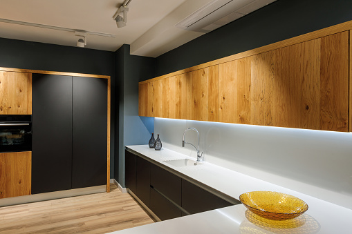 Stilvolle Küche Mit Modernen Weißen Zähler Stockfoto und mehr Bilder von Arbeitsplatte