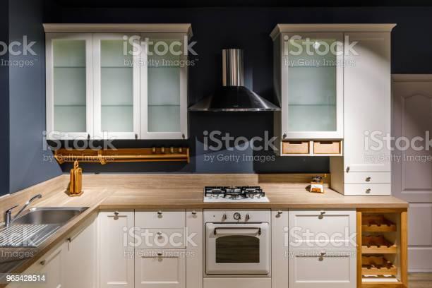 Foto de Cozinha Elegante Com Antigos Armários E Fogão e mais fotos de stock de Artigo de decoração