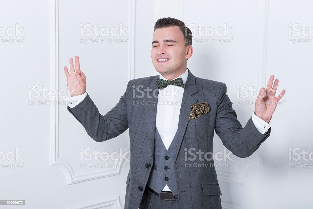 ventes spéciales très convoité gamme de offrir des rabais Photo libre de droit de Homme Élégant En Costume Gris Debout ...